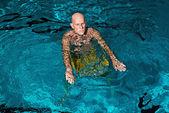 健康活泼的高级人留着胡子的室内游泳池。我们 — 图库照片