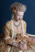 Donna moda retrò barocca indossando abito oro. azienda vinicola gla — Foto Stock