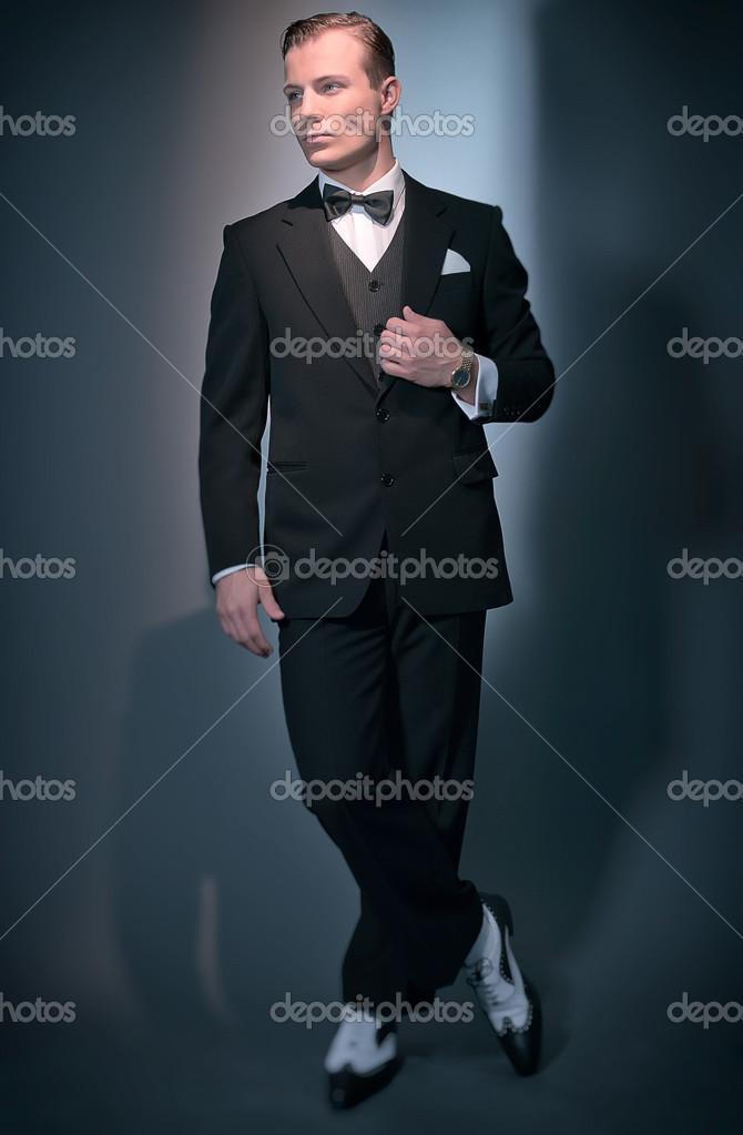 retro 1920 mode gesch ftsmann tr gt schwarzen anzug und fliege stockfoto ysbrand 48617379. Black Bedroom Furniture Sets. Home Design Ideas