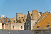 Roofs and houses of Saint Malo in summer with blue sky. Brittany — ストック写真
