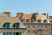 Roofs and houses of Saint Malo in summer with blue sky. Brittany — Foto Stock