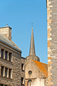 Church and roofs of Saint Malo in summer with blue sky. Brittany — ストック写真