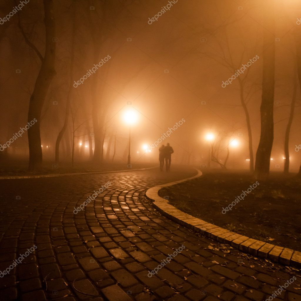 Romantic and happiness scene of couples foggy evening in the park — Stock Photo #19636485