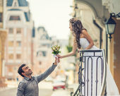 Beautiful young bride and groom on their wedding day in city — Stock Photo