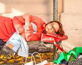 美しい若い女性の買い物中毒の肖像画 — ストック写真