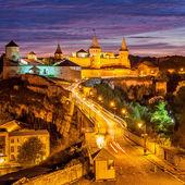 Night view of medieval half-ruined castle in Kamenetz-Podolsk, Ukraine — Stock Photo