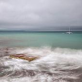Paisaje marino minimalista. larga exposición del mar y las rocas. — Foto de Stock