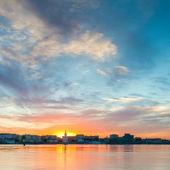 Evening cityscape with river. Ukraine. Kiev. — Stockfoto