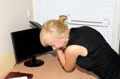 Femme d'affaires en colère au bureau — Photo