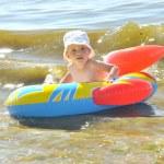 可爱的男孩在海滩上划船 — 图库照片