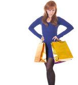 Mujer enojada con bolsas de compras sobre blanco — Foto de Stock