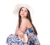 красивая женщина в летнее платье с шляпу и деньги — Стоковое фото