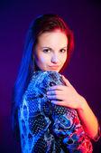 Retrato de mujer hermosa en luz azul y roja. — Foto de Stock