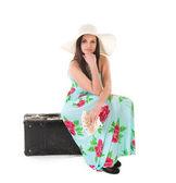 Yaz aylarında güzel kadın elbise şapka, dava ve para — Stok fotoğraf