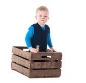 Niño en caja de madera — Foto de Stock