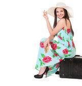 Bella donna in estate vestito con cappello, cassa e soldi — Foto Stock