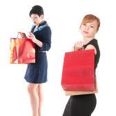 Alışveriş torbaları ile zarif iki kadın portresi — Stok fotoğraf