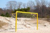 Cancello di calcio su una spiaggia di sabbia — Foto Stock