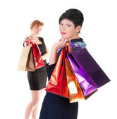 Retrato de dos mujeres elegantes con bolsas de compras — Foto de Stock