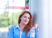 Portrait of pretty business woman with keys — Stock Photo