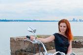 Güzel, seksi, genç kadının bir motosiklet — Stok fotoğraf