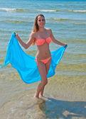 ビーチで青いスカーフで美しい少女. — ストック写真