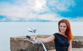 Piękny, seksowny, młoda kobieta na motocyklu — Zdjęcie stockowe
