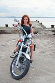 Mooie, sexy, jonge vrouw op een motorfiets — Stockfoto