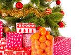 Рождественская елка с подарками и мандарины — Стоковое фото