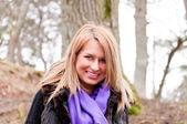 Güzel kız mor elbiseli doğada poz — Stok fotoğraf