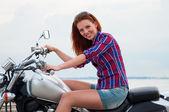 Bella, sexy, giovane donna su una moto — Foto Stock
