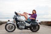 美丽、 性感、 年轻女子在一辆摩托车上 — 图库照片