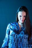 Portrait de la belle femme en lumière bleue — Photo