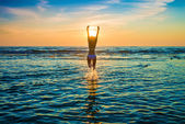 žena v bílých bikinách pózuje v moři — Stock fotografie