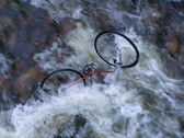 Verlassene defekt fahrrad wildwasserfluss — Stockfoto