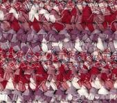 крупным планом ковер крючком тряпку в красный, белый и фиолетовый оттенки — Стоковое фото