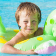 Blonder Junge im Pool — Stock Photo