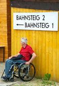 Tekerlekli sandalyede bekliyor — Stok fotoğraf