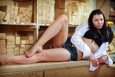 Sexy jovencita en shorts vaqueros — Foto de Stock