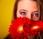 Ragazza con fiori — Foto Stock