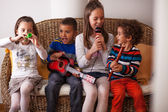 Kids playing musical instruments — Stock Photo
