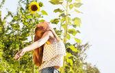 可爱的女孩和向日葵 — 图库照片