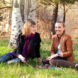 Two young women talking in the park - Foto Stock