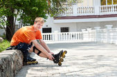 Mann setzen auf schlittschuhen gehen rollerskating im stadtpark — Stockfoto