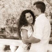 Портрет романтический молодая пара в любви охватывает в парке — Стоковое фото