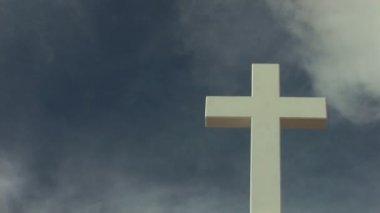 Santa cruz contra un cielo con nubes moviéndose rápidos. — Vídeo de stock
