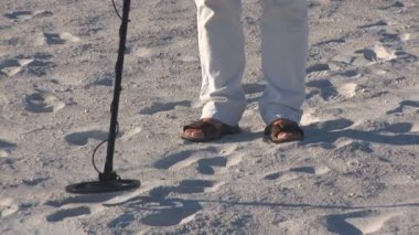 Senior man walks on St. Pete's beach with a metal detector — Stock Video