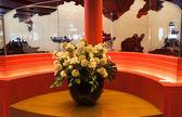 Jarrón de flores en interior — Foto de Stock