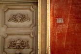 アンティーク ポータルと赤い壁 — ストック写真