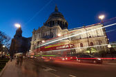 Traffic by St Paul's Cathedral at night, London. Blurred motion  — Stock Photo